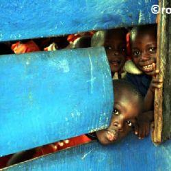 bimbi in bimbi in una scuola di Kampalauna scuola di Kampala