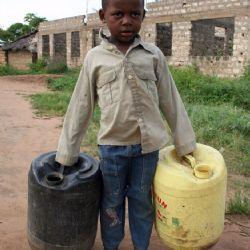 bimbo di Muyeye con taniche per l'acqua