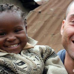 Nicolò con bimba allo slum di Mathare